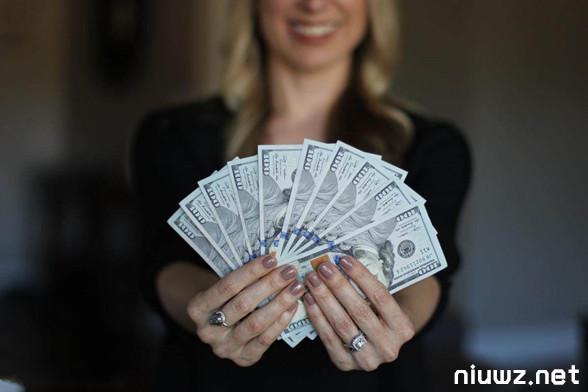 赚钱不一定非得要卖东西,有人的地方就能赚钱
